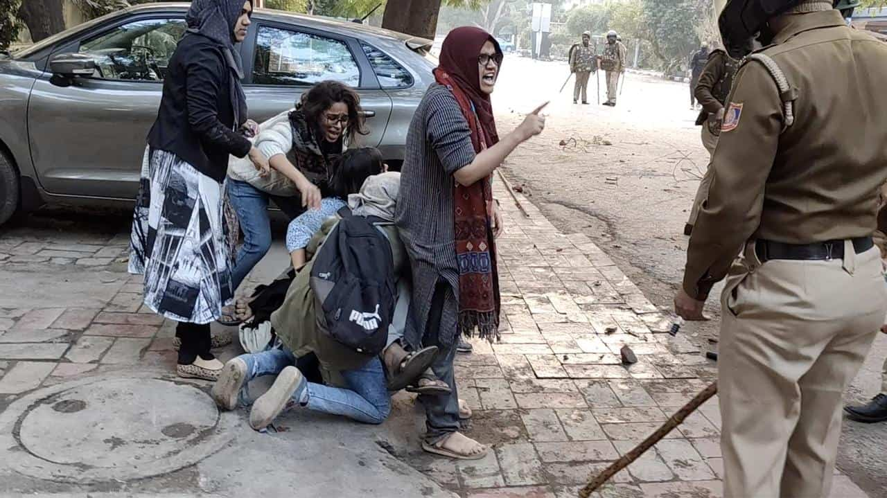 Ayesha Renna, Ladeeda Sakhaloon rescue their friend from baton charges in Jamia Millia Islamia, Delhi
